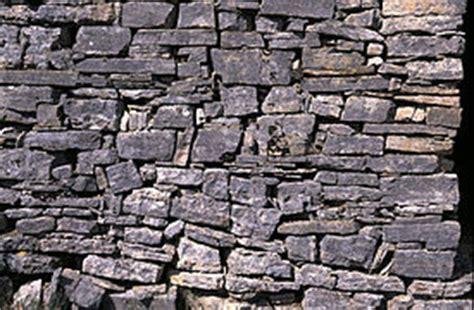 Construisez un mur de soutènement en pierre sèche