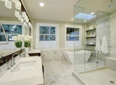 Porte de baignoire ou douche senior : que choisir?