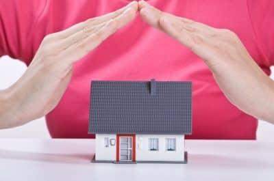 mains au dessus d'une petite maison